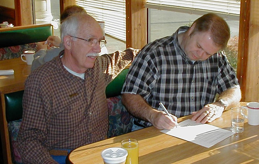 2002 - WØHXS and WAØGWA (SK) sign the MEMO club charter.